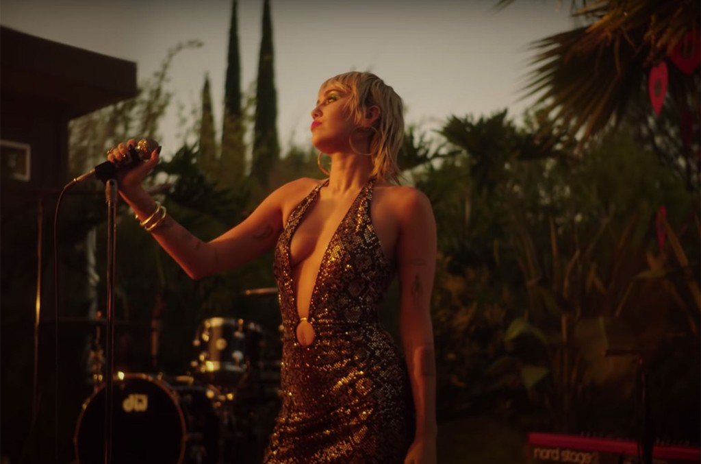 Watch Miley Cyrus Throw Some Country Soul On Pearl Jam S Just Breathe Billboard