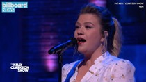 "Kelly Clarkson Covers Norah Jones ""Don't Know Why"" For Special Fan Tribute 