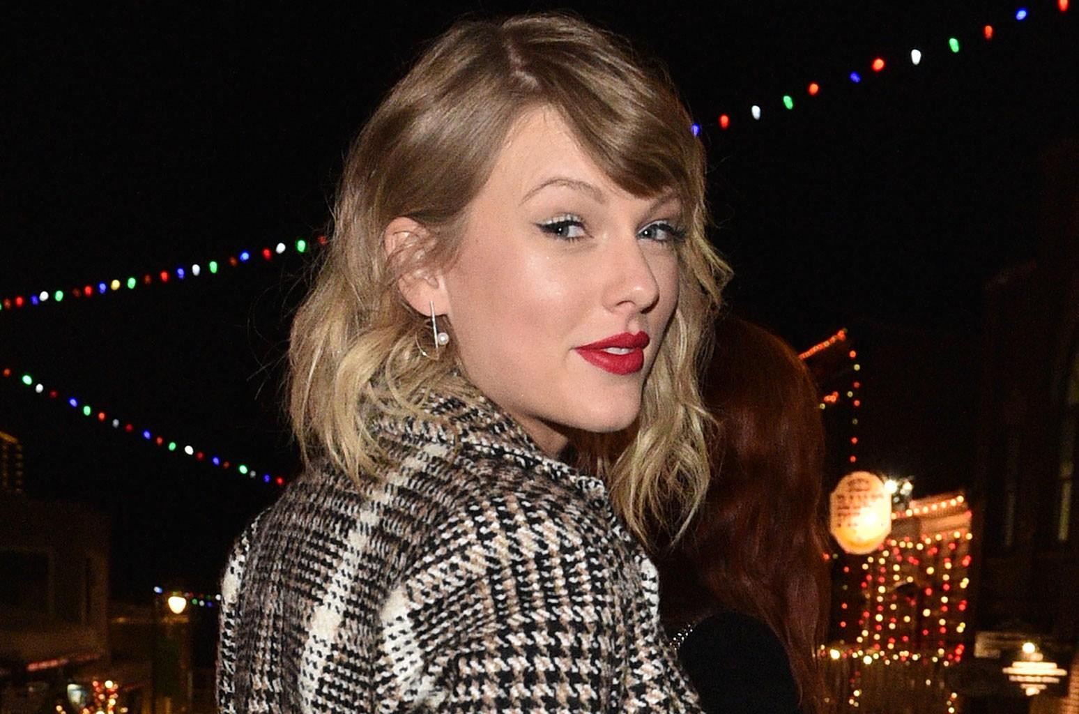 « Evermore » Тейлор Свифт выходит на первое место в австралийском чарте альбомов
