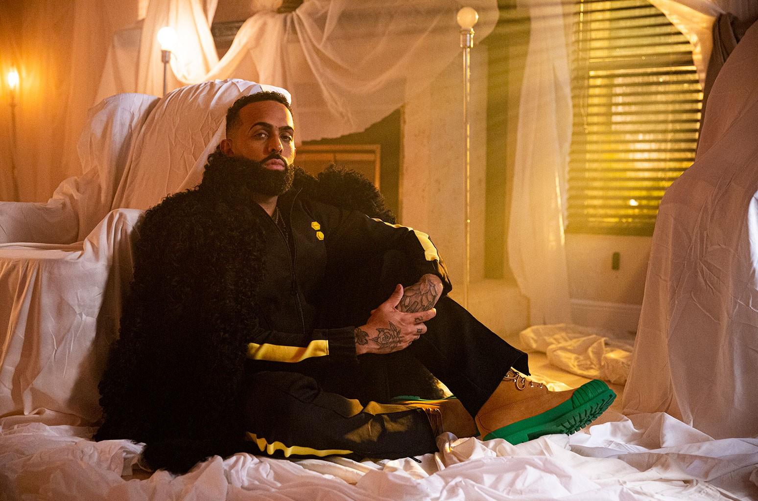 Эладио Каррион вошел в десятку лучших в чарте альбомов Latin Rhythm Albums с песней Monarca