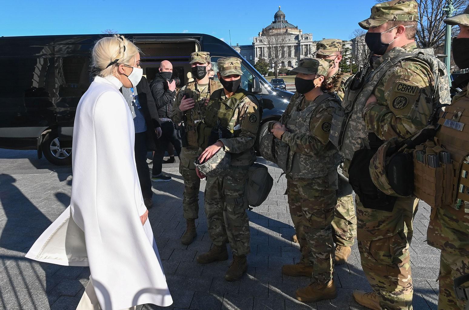 Леди Гага отправляет свою любовь из Капитолия во время репетиции в Вашингтоне перед инаугурацией