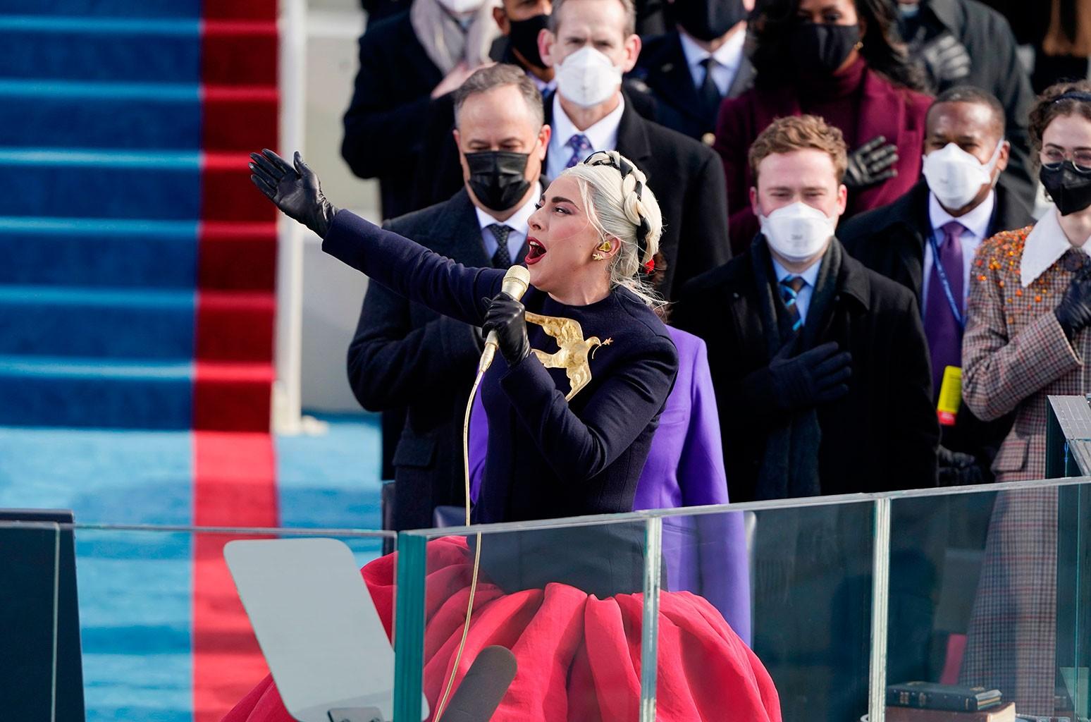 Вот настоящее значение золотой броши Леди Гаги в виде голубя из ее наряда для инаугурации