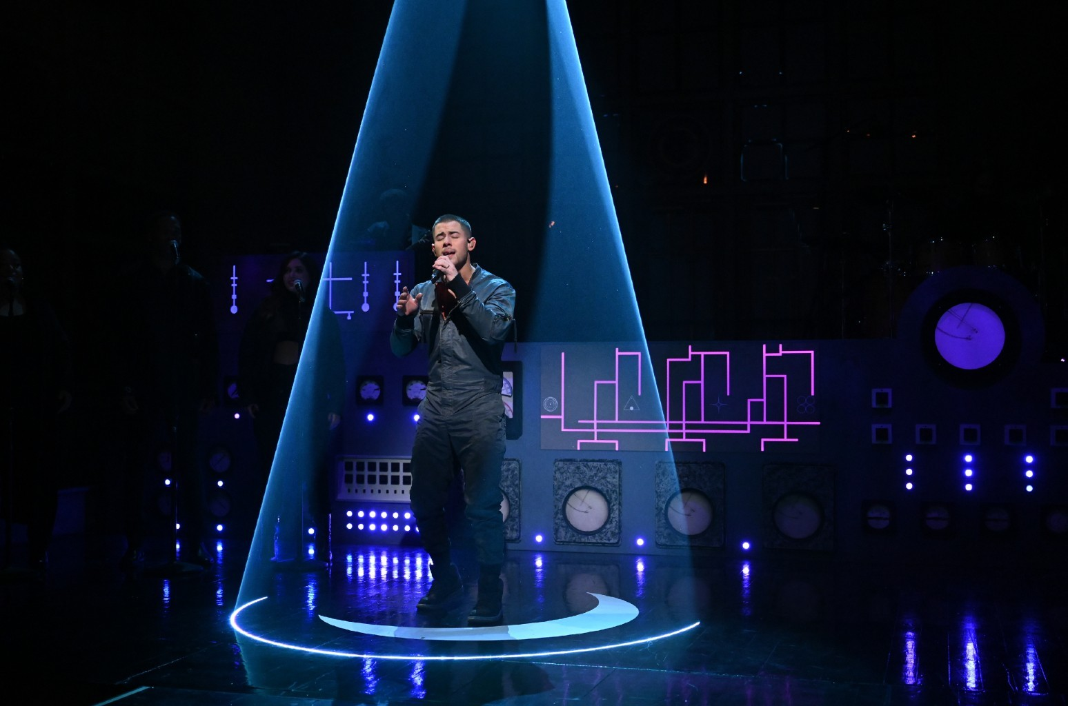 Ник Джонас представил премьеру новых песен «Spaceman» и «This Is Heaven» на канале SNL: смотрите