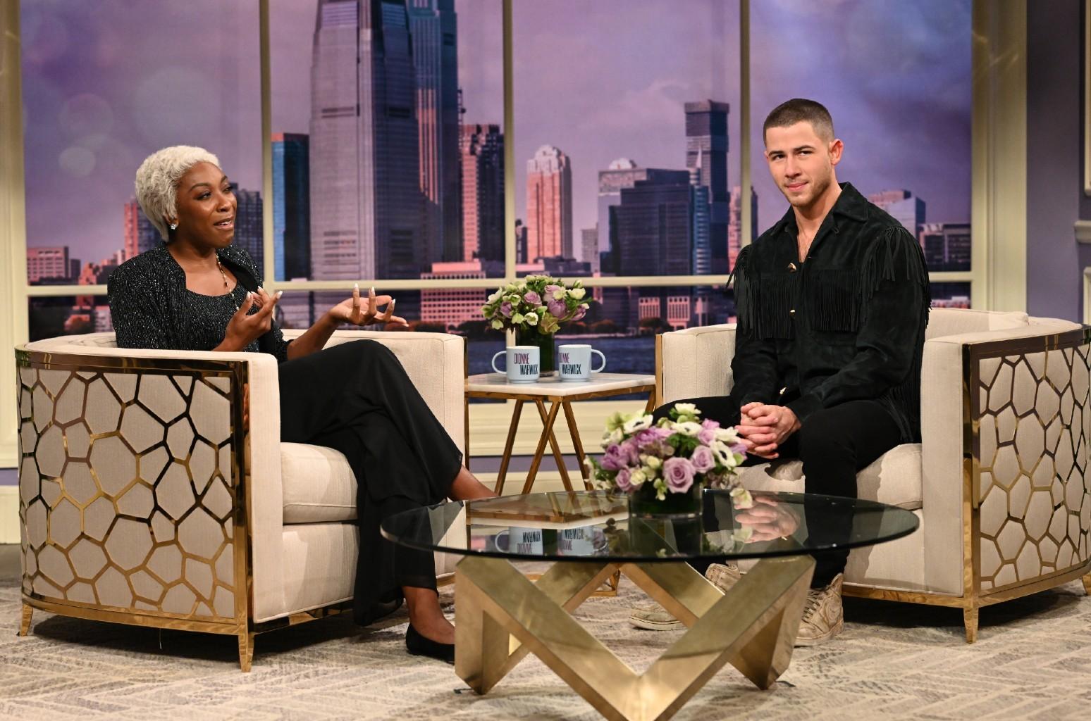 Дионн Уорвик задает несколько непристойных вопросов Нику Джонасу в шоу «Субботним вечером в прямом эфире»