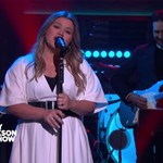 Kelly Clarkson Brings Reggae Vibes For Adele 'Send My Love (To Your New Lover)' Cover