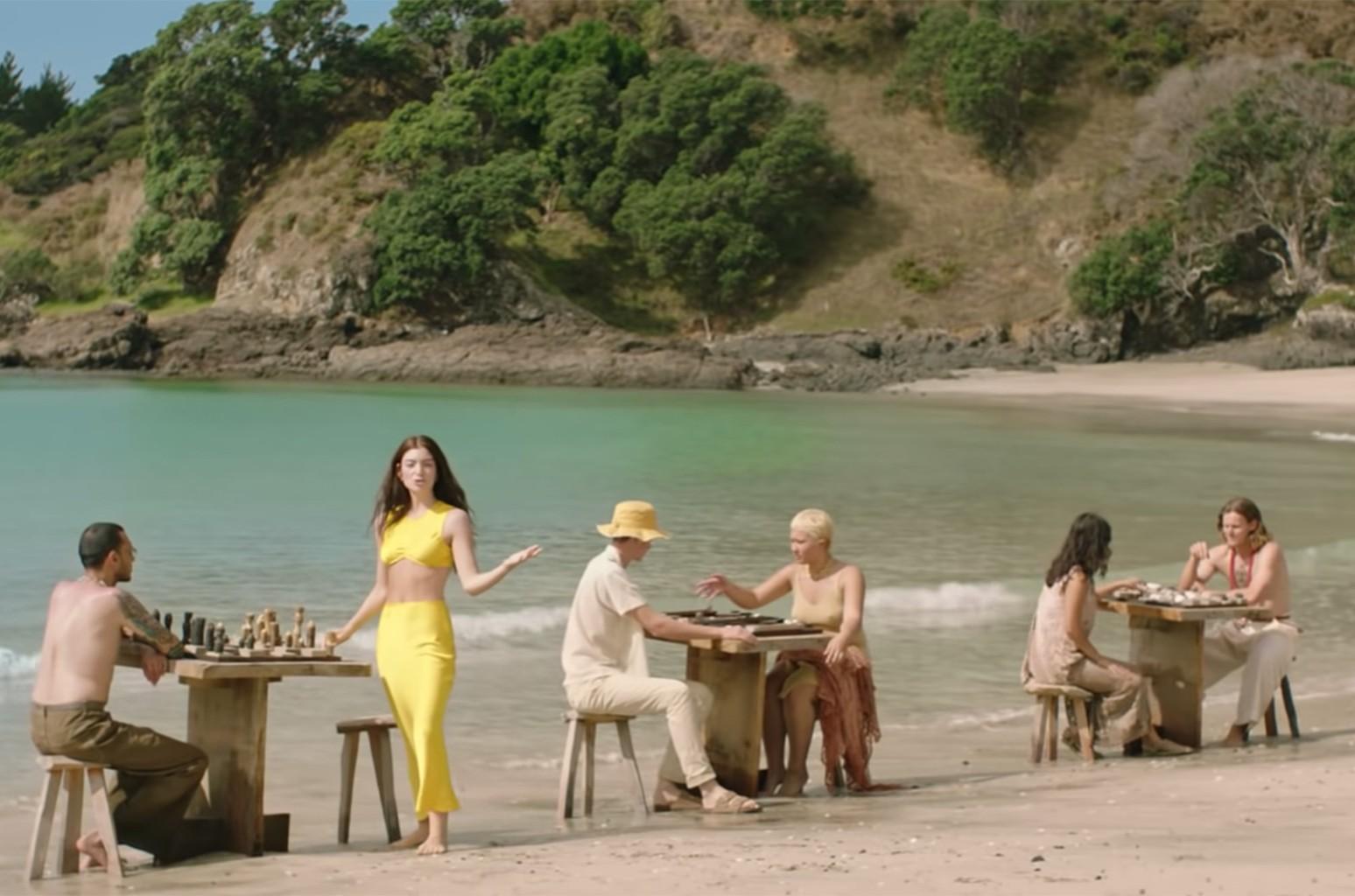 Lorde Solar Power / Lorde curte a praia no clipe de seu ...