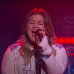 Kelly Clarkson Takes Us Home With a Cover of Semisonic's 'Closing Time' thumbnail