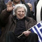 Hundreds Wait to Pay Respects to Greek Composer Mikis Theodorakis thumbnail