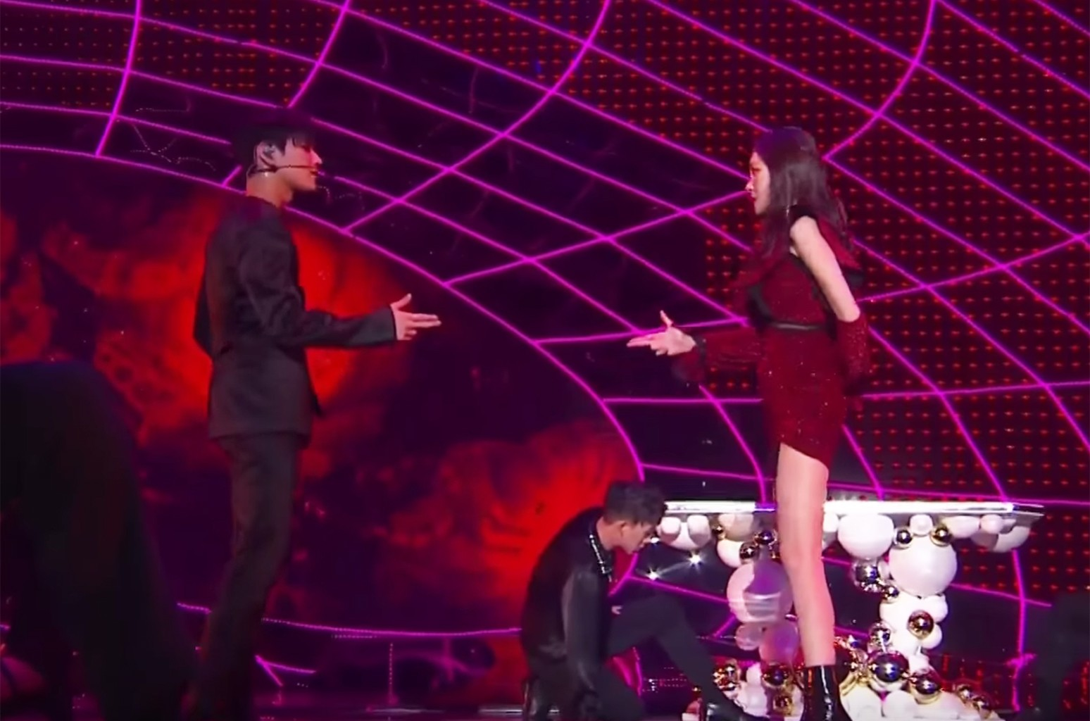 "Taemin and Sunmi perform ""Gashina"" during the 2017 MAMA in Hong Kong."