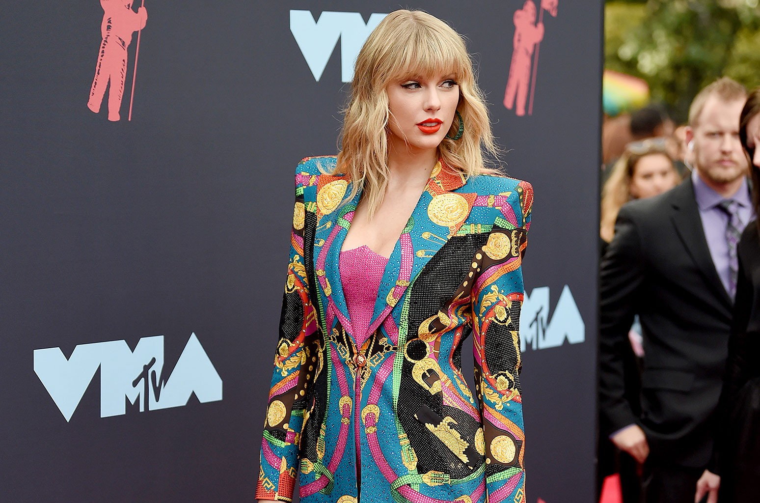 Taylor Swift Rocked Her Own Technicolor Dreamcoat On The 2019 Mtv Vmas Red Carpet Billboard