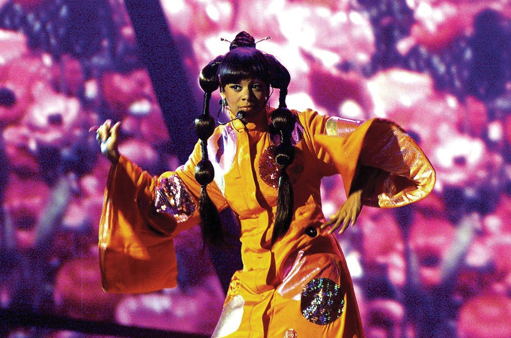 """Left Eye onstage at the 2000 Grammys, where TLC won best R&B performance by a duo or group with vocal for """"No Scrubs"""" and best R&B album for FanMail."""