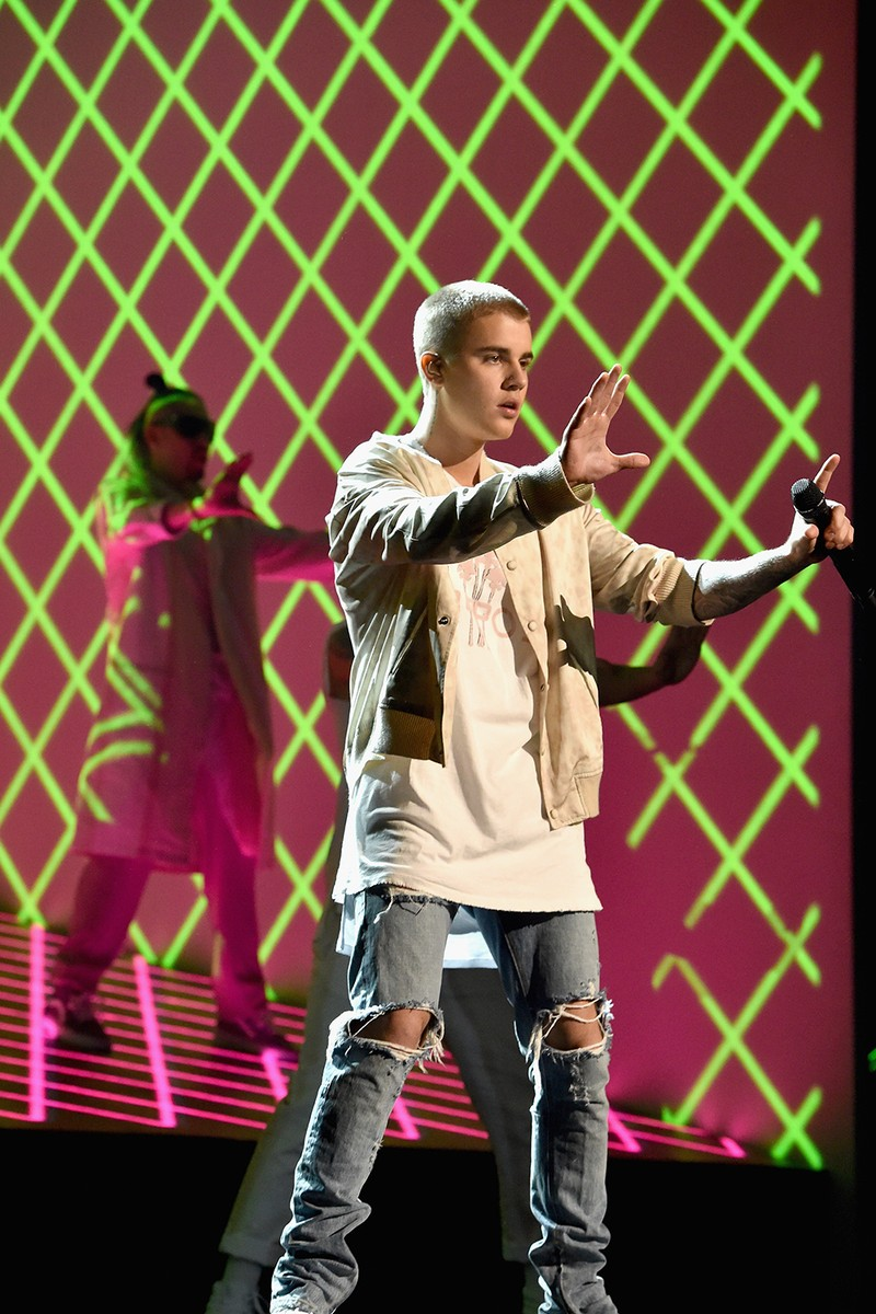 Justin Bieber performs at the 2016 Billboard Music Awards