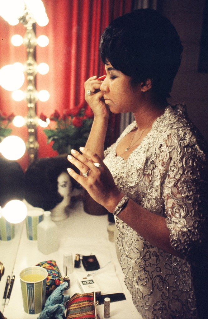 Aretha Franklin fixes her makeup backstage before a performance at Symphony Hall in 1969 in Newark, New Jersey.