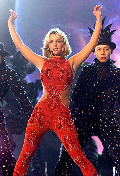 2000feb23-britney-spears-outrageous-fashion-600
