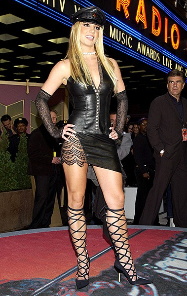 2002aug29-britney-spears-outrageous-fashion-600