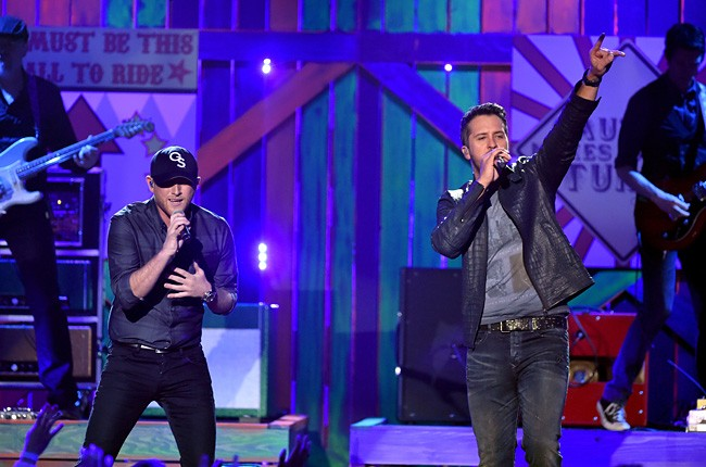 2014-american-country-countdown-awards-cole-swindle-and-luke-bryan-performance-billboard-650