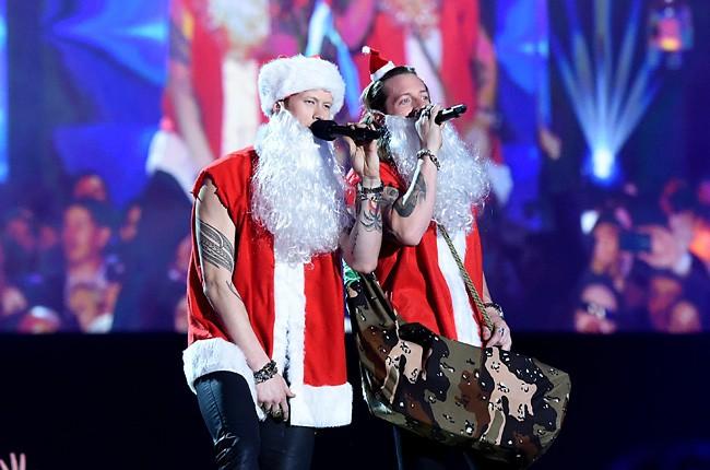2014-american-country-countdown-awards-fl-ga-line-santa-billboard-650