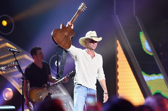 2014-american-country-countdown-awards-kenny-chesney-performance-billboard-650