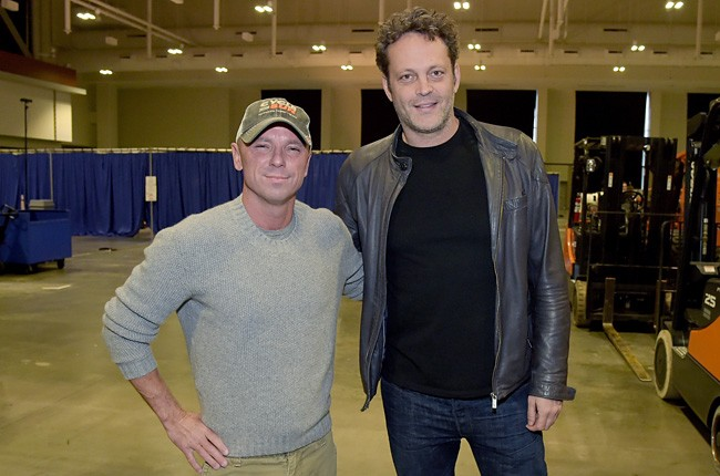 2014-american-country-countdown-awards-kenny-chesney-vince-vaughn-billboard-650