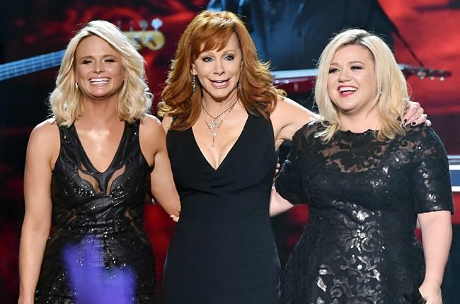 2014-american-country-countdown-awards-miranda-lambert-reba-kelly-clarkson-performance-billboard-650