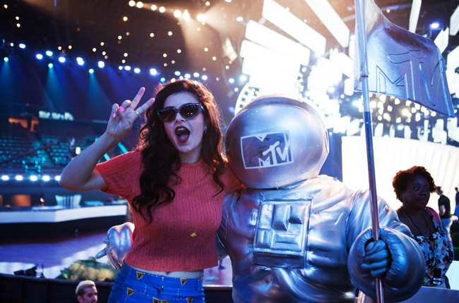 Backstage before the 2014 MTV Video Music Awards with Charli XCX