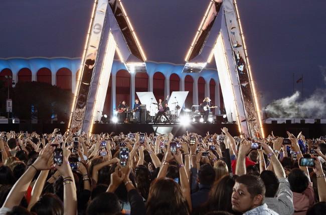 Maroon 5 performs at the 2014 VMAs
