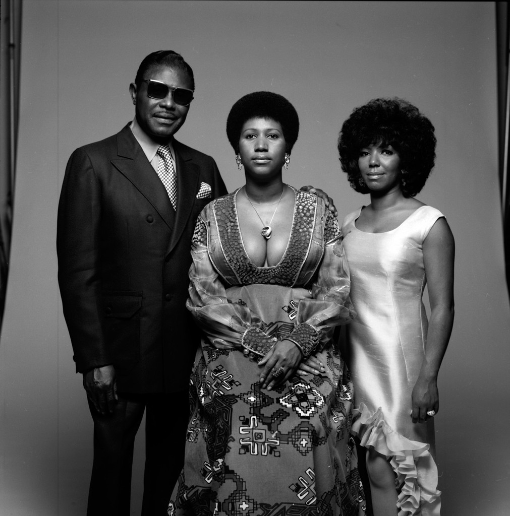 Aretha Franklin, her father, Baptist preacher CL (born Clarence LaVaughn) (1915 - 1984), and her sister, fellow singer Carolyn (1944 - 1988) photographed in New York in 1971.