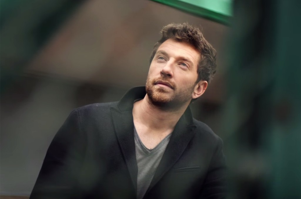 """Brett Eldredge in the video for """"Wanna Be That Song."""""""