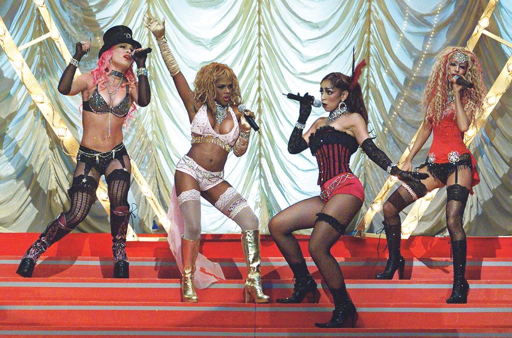 "Pink, Lil' Kim, Mya and Christina Aguilera perform ""Lady Marmalade"""