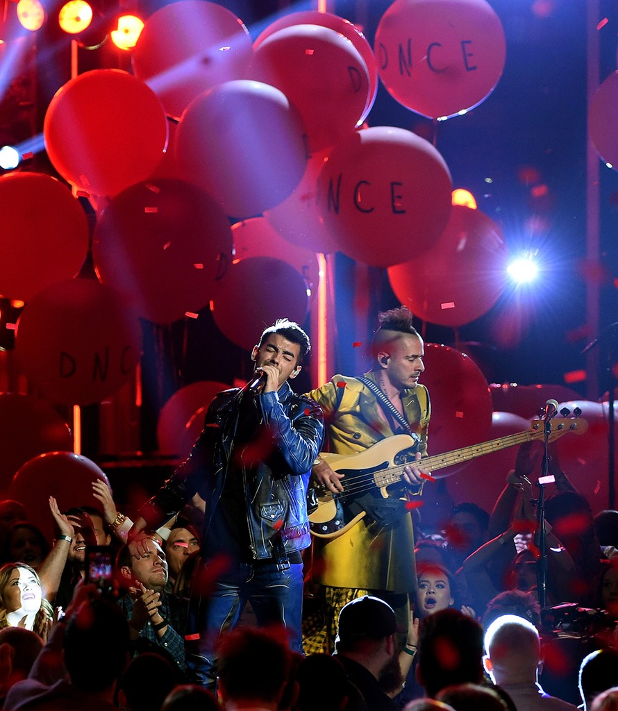 DNCE perform at the 2016 Billboard Music Awards