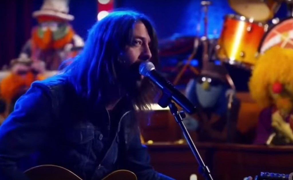 """Dave Grohl performs """"Learn to Fly"""" on The Muppets"""