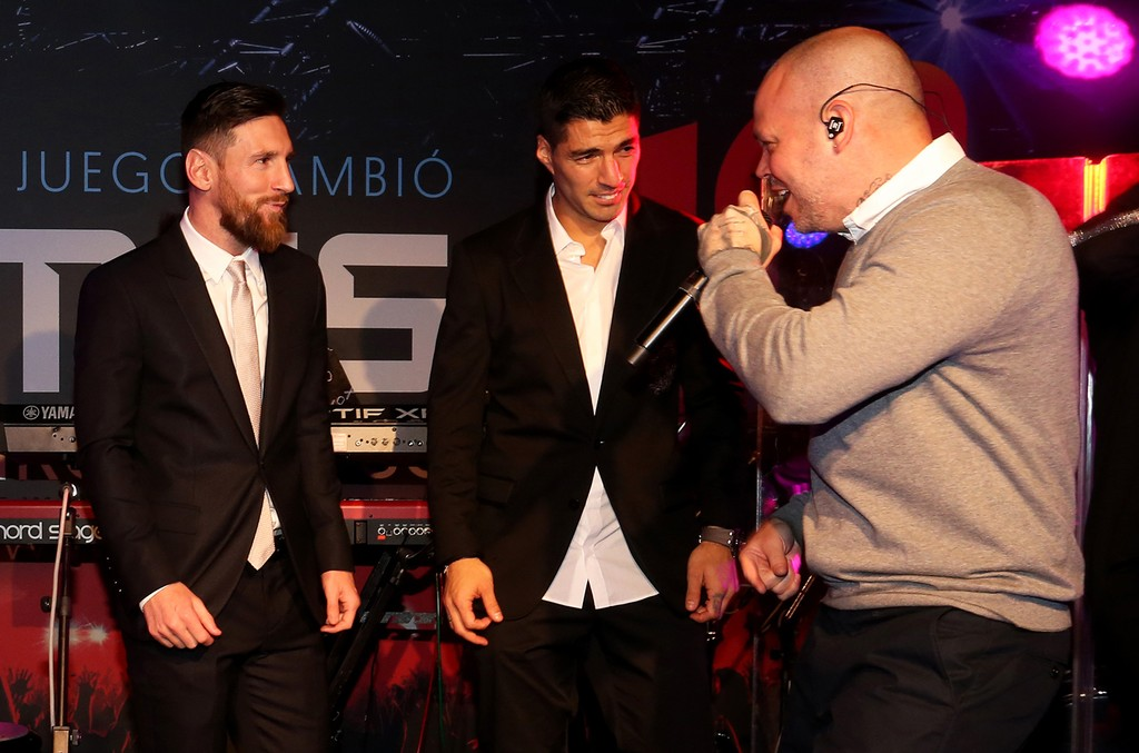 Leo Messi and Luis Suárez with Residente