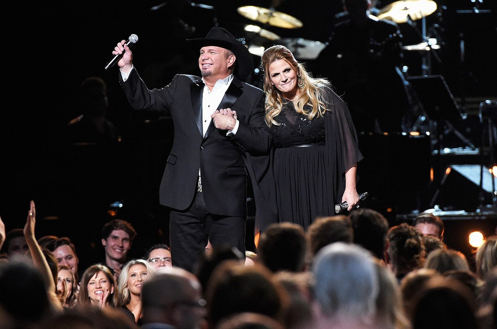 Garth-Brooks-and-Trisha-Yearwood-CMAs-2016-a-billboard-1548