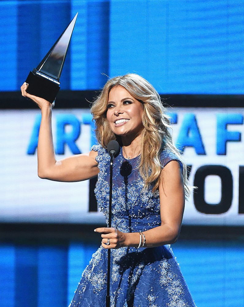 Gloria-Trevi-accepts-the-award-for-Favorite-Female-Artist-2015-Latin-American-Music-Awards