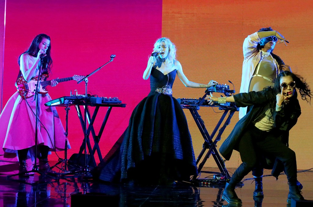 Grimes performs The Tonight Show Starring Jimmy Fallon 2016