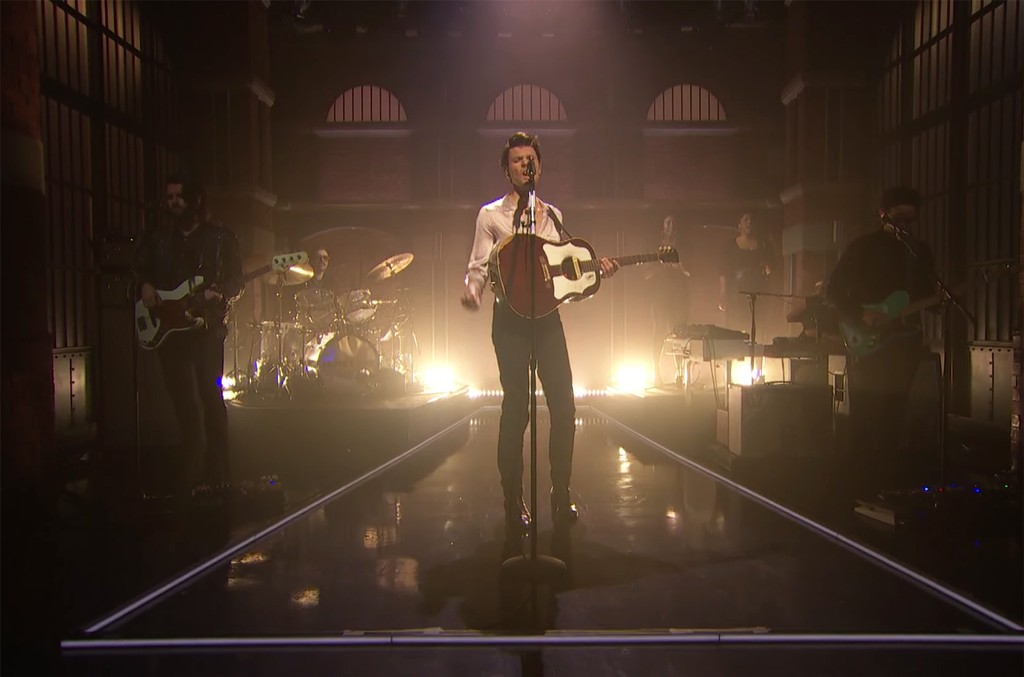 """James Bay performs """"Us"""" on Late Night with Seth Meyers."""