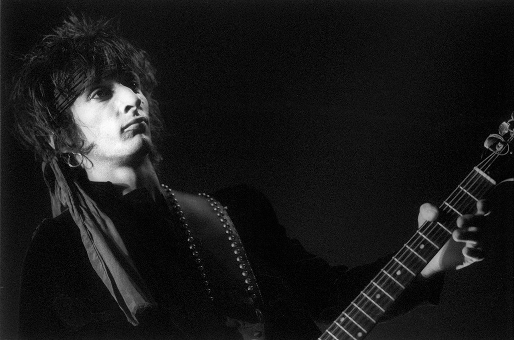 Johnny Thunders performs in 1985