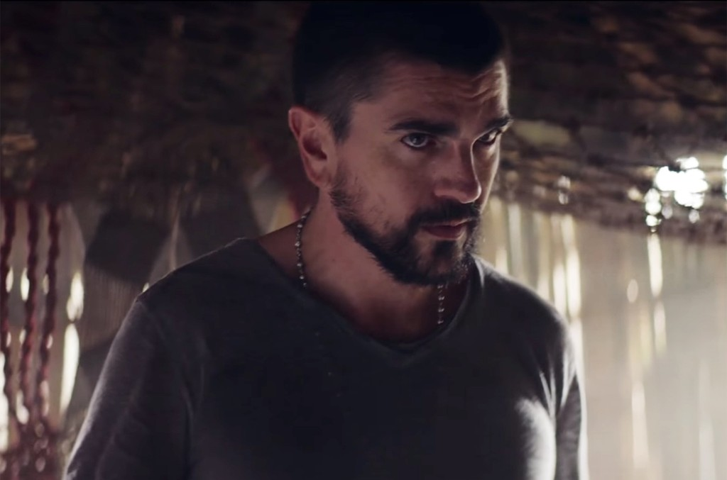 Juanes in the video for Hermosa Ingrata