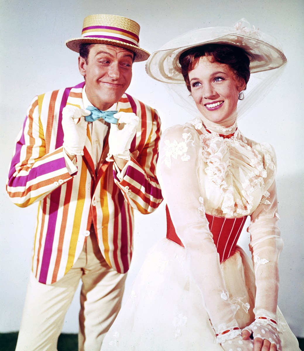 Dick Van Dyke (as Bert), Julie Andrews (as Mary Poppins) in Mary Poppins (1964)