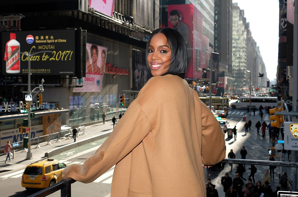"""Kelly Rowland visits """"Extra"""" at their New York studios at the Hard Rock Cafe in Times Square on Jan. 25, 2017 in New York City."""