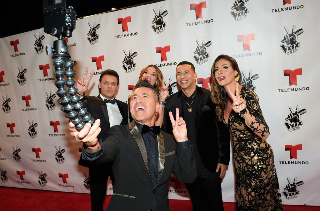 The judges of La Voz Kids stop to take a selfie on the red carpet.