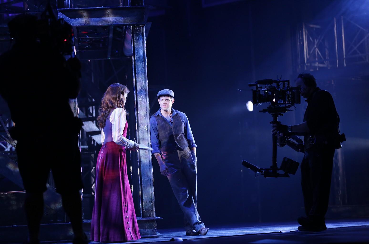 Production still of Jeremy Jordan & Kara Lindsay in Newsies