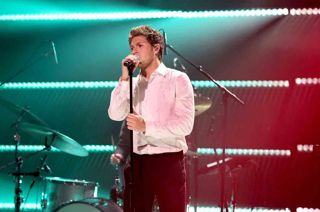 "Niall Horan performs ""Slow Hands"" on The Tonight Show Starring Jimmy Fallon on May 25, 2017."