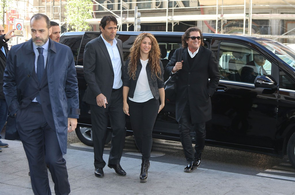 Tonino Mebarak (L), Shakira and Carlos Vives (R) attend court for an alleged plagiarism case involving the song 'La Bicicleta' on March 27, 2019 in Madrid, Spain.