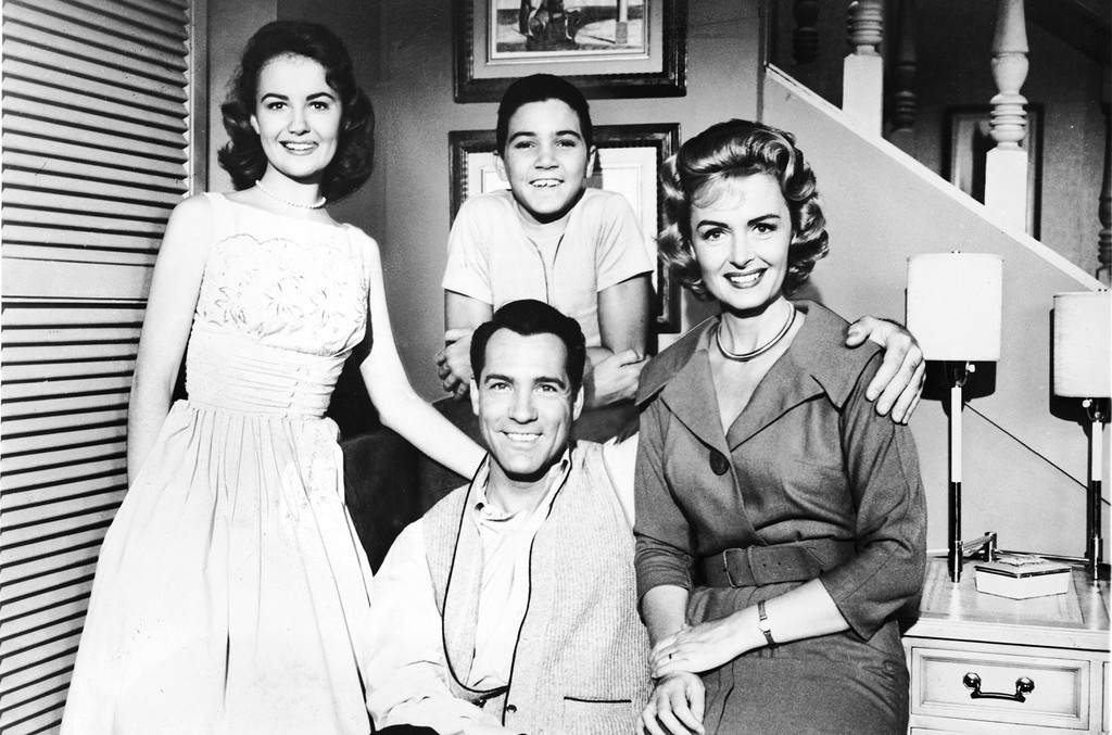 Shelley Fabares, Paul Petersen (standing), Carl Betz, and Donna Reed on 'The Donna Reed Show' circa 1961.