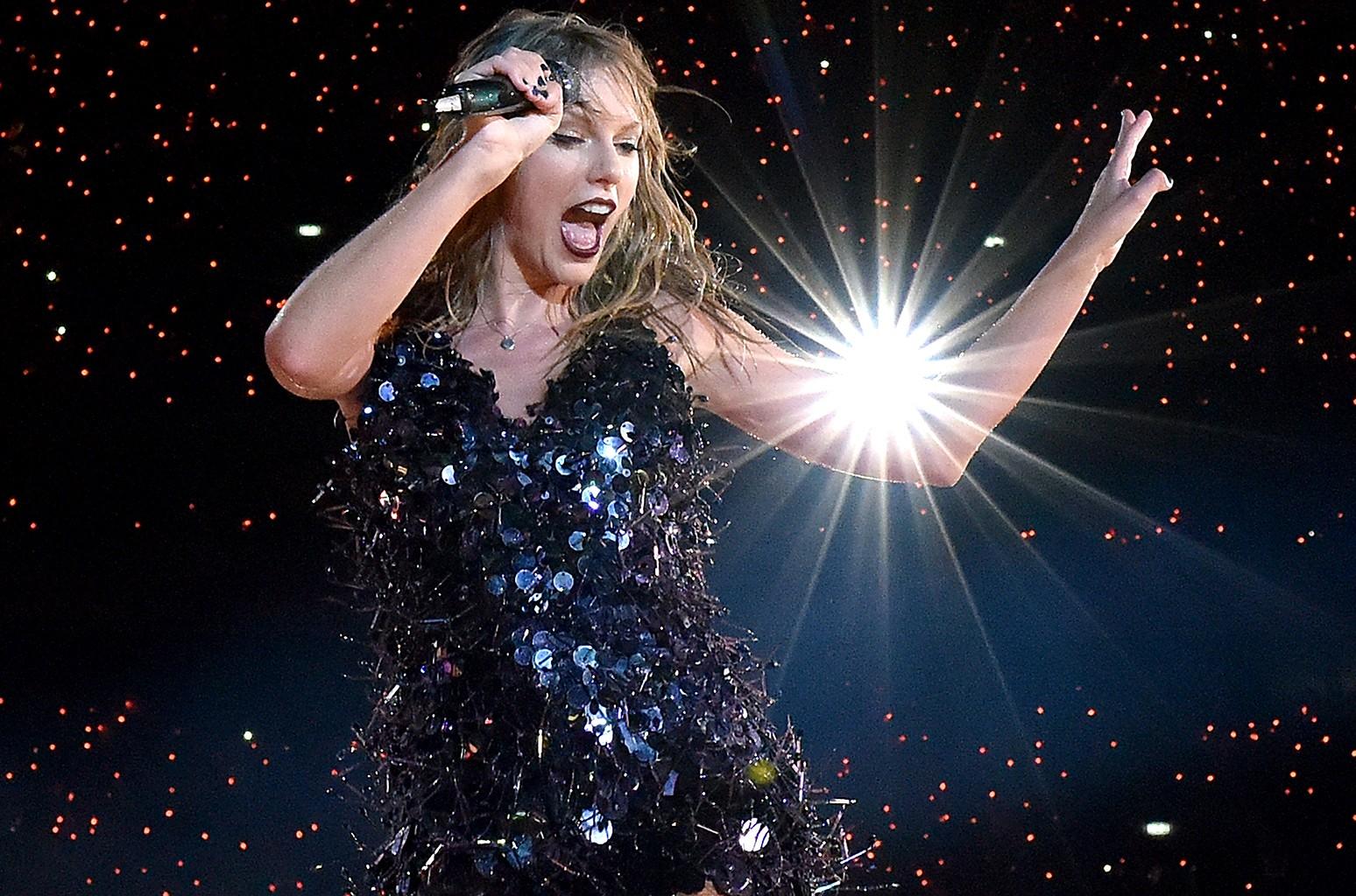 Тейлор Свифт устроила танец Джимми Батлера «22» в раздевалке «13/10»