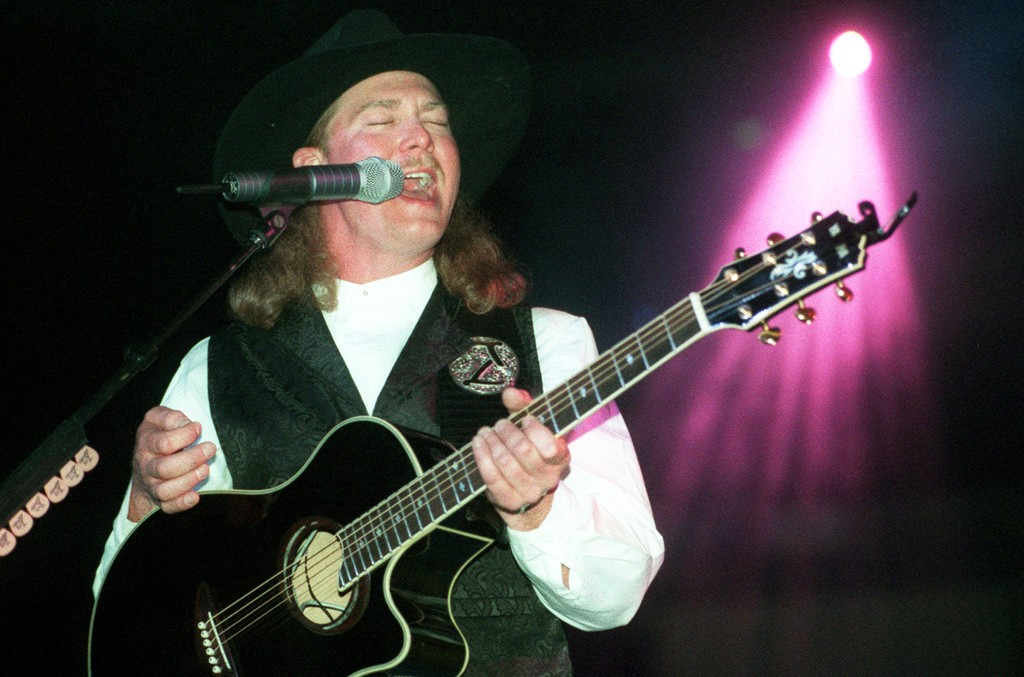 Tracy Lawrence performs in 1996