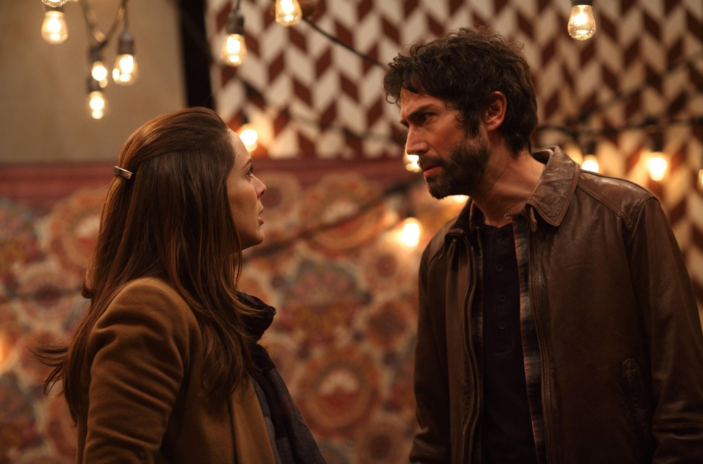 Jacqueline Bracamontes and Benny Ibarra in Un Padre No Tan Padre.