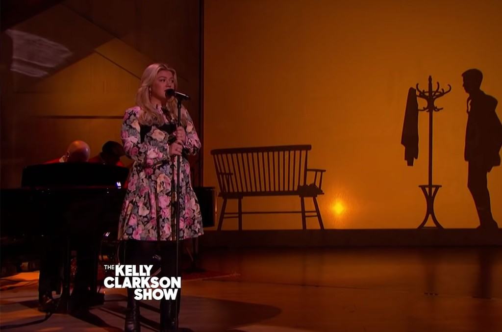 Watch Kelly Clarkson S Touching Cover Of Fred Rogers Won T You Be My Neighbor Billboard