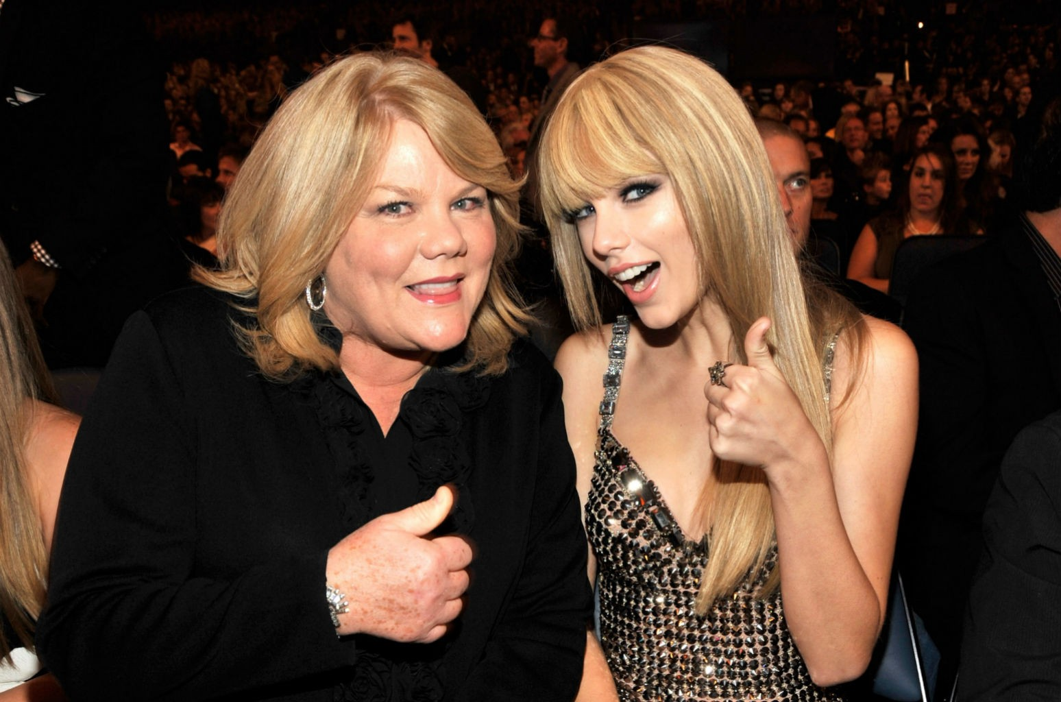 Taylor Swift Gets Her Scrabble On Down Under With Her Mom See The Pic Billboard
